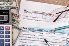U S declaração de rendimentos 1040 por 2017 anos com pena, dólar Fotografia de Stock