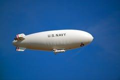 U.S. Dirigible no rígido de la marina de guerra en vuelo imagen de archivo libre de regalías