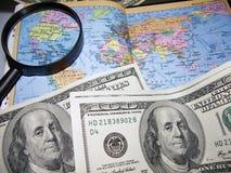 U.S. Dollar und eine Weltkarte. Stockfotografie
