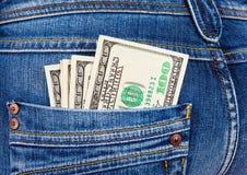 U.S. dollars dans la poche de jeans Image stock