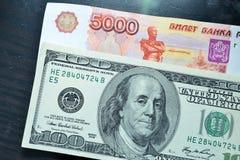 U S dollars en Russische roebels Stock Fotografie