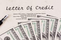 U.S. Dollarscheine und englische Gutschrift Lizenzfreie Stockfotos
