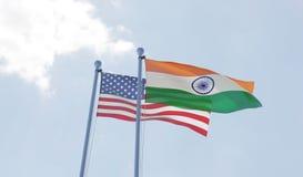 U.S.A. e bandiere dell'India che ondeggiano contro il cielo blu Fotografia Stock Libera da Diritti