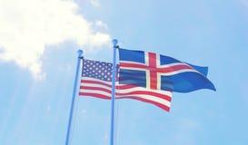 U.S.A. e bandiere dell'Islanda che ondeggiano contro il cielo blu Immagine Stock
