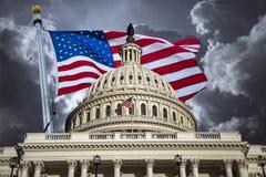 U S Edificio del capitolio y bandera americana imagen de archivo