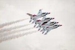 U.S.A.F.-F--16Thunderbirds i åtsittande bildande Arkivbilder