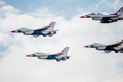 U.S.A.F.-F--16Thunderbirds i bildande Arkivfoto