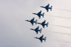 U.S.A.F.Thunderbirds fliegen in Anordnung Lizenzfreie Stockfotografie