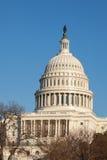 U.S. Face traseira da abóbada do Capitólio contra o céu azul claro Foto de Stock Royalty Free