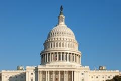 U.S. Face traseira da abóbada do Capitólio no céu azul ensolarado de dia de inverno Imagens de Stock Royalty Free