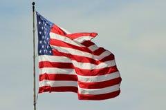 U S-flagga som proudly flyger Royaltyfria Foton
