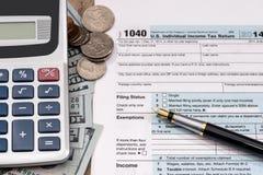 U S forme de déclaration d'impôt 1040 avec le dollar, stylo Photos stock