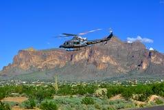 U S Helicóptero de la patrulla fronteriza de las aduanas que vuela la casa baja grande Arizona Fotos de archivo