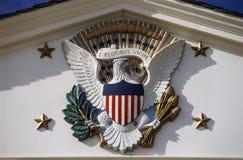 U S Hoheitszeichen und Präsidentendichtung bei Herbert Hoover Site, Westniederlassung, Iowa Lizenzfreie Stockfotografie