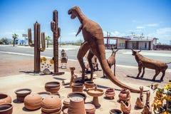 U.S.A., i dinosauri dell'Arizona 28,06,2016 ed altre figure del metallo sono sopra Fotografia Stock