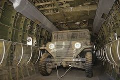 U.S. jeep del ejército dentro del helicóptero Fotografía de archivo