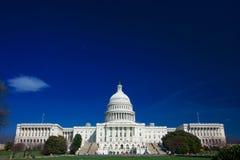 U.S. Kapitol an einem sonnigen Tag Lizenzfreie Stockfotografie