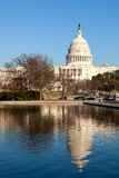 U.S. Kapitol und reflektierendes Pool im Winter-Sonnenschein Lizenzfreie Stockfotos