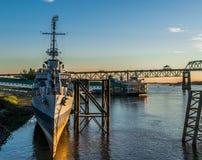 U S S Kidd et le pont du fleuve Mississippi photographie stock