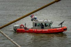 U S Kustbevakning Boat på Mississippi River Arkivfoton