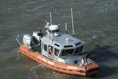 U.S. Kustbevakning Patrols Hudson River i New York City 2 Royaltyfri Foto