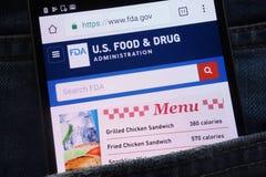 U S Le site Web de Food and Drug Administration montré sur le smartphone caché dans des jeans empochent photos libres de droits