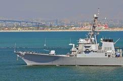 U.S. Le vaisseau de guerre de marine revient au port. Image stock