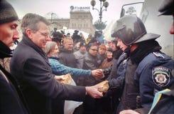 U.S. Le Vice-secrétaire d'État distribue la nourriture sur l'indépendance Images libres de droits