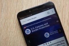 U S Les coutumes et le site Web de protection de frontière ont montré sur un smartphone moderne image libre de droits