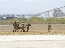 U S Les militaires recherchent, sauvent, et évacuent Images libres de droits