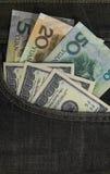 U.S. los dólares y el yuan de China en los vaqueros traseros embolsan Imagenes de archivo