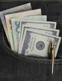 U.S. los dólares y el yuan de China en los vaqueros traseros embolsan imágenes de archivo libres de regalías