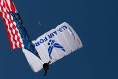 U S Luftwaffen-Flugschau Skydivers Stockbilder
