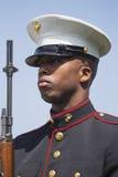U S Marine à l'attention, événement commémoratif annuel de cimetière national de Los Angeles, le 26 mai 2014, la Californie, Etat images stock
