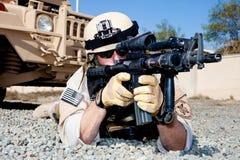 U.S. Marine in der vornübergeneigten Stellung Stockbilder