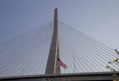 U.S. Markierungsfahne an der Zakim Brücke in Boston Lizenzfreies Stockbild
