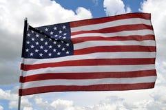 U.S. Markierungsfahne im starken Wind Lizenzfreie Stockfotos