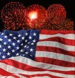 U.S. Markierungsfahne und Feuerwerke stockfotos