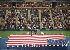 U S Militaire Academie bij West Point-kadetten die Amerikaanse Vlag unfurling vóór U S Het Tennis Definitieve gelijke van open Me stock foto