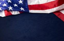 U.S.A. o bandiera americana su fondo blu Fotografie Stock