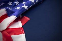 U.S.A. o bandiera dell'america isolata su fondo blu Fotografia Stock