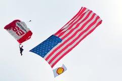 U S Paracaídas del ejército en el salón aeronáutico de Chicago Foto de archivo libre de regalías