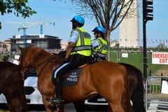 U S Parkpolitie bij een overleg van de Aardedag bij het National Mall stock foto's