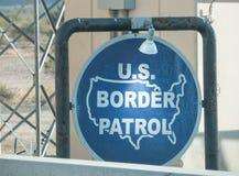 U S Patrulha fronteiriça na beira mexicana fotos de stock