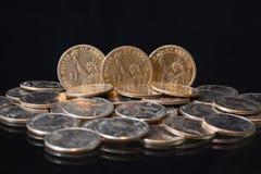 U.S. pièces de monnaie du dollar sur une table Images libres de droits