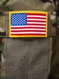 U S remiendo del velcro de la bandera en el uniforme del ejército imagenes de archivo