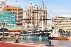 U S S 星座历史的船在巴尔的摩内在港口靠了码头在冬天 库存照片