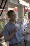 U.S. Senator Barak Obama que come o cão de milho Fotografia de Stock