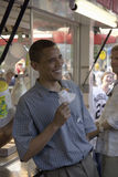 U.S. Senator Barak Obama som äter havrehunden Arkivbild