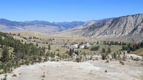 U.S.A., Wyoming: Paesaggio - Mammoth Hot Springs/villaggio Immagine Stock Libera da Diritti